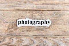 FOTOGRAFIA tekst na papierze Słowo fotografia na poszarpanym papierze com pojęcia figurki wizerunku odpoczynku dobra trwanie teks Fotografia Stock