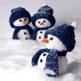 Fotografia trzy ręcznie robiony bałwan w błękitnym kolorze Fotografia Royalty Free