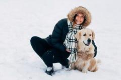 Fotografia uśmiechnięta kobieta z labradorem w zima parku Obraz Royalty Free