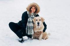 Fotografia uśmiechnięta kobieta z psem w zima parku Obrazy Stock
