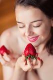 Fotografia uwodzicielska żeńska łasowanie truskawka, zbliżenie portret ponowny Zdjęcia Royalty Free