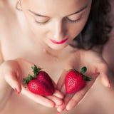 Fotografia uwodzicielska żeńska łasowanie truskawka, zbliżenie portreta rudzielec zmysłowej kobiety zjadliwa jagoda Zdjęcie Royalty Free