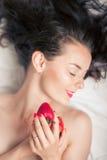 Fotografia uwodzicielska żeńska łasowanie truskawka, zbliżenie portreta rudzielec zmysłowej kobiety zjadliwa jagoda Fotografia Royalty Free