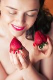 Fotografia uwodzicielskiego żeńskiego mienia twarzy truskawkowe pobliskie wargi, clo Fotografia Royalty Free