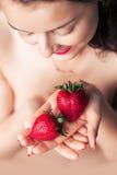 Fotografia uwodzicielskiego żeńskiego mienia twarzy truskawkowe pobliskie wargi, clo Zdjęcia Stock