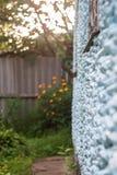 Fotografia verticale di una parete di pietra di una casa nella prospettiva, i fotografia stock libera da diritti