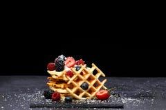 Fotografia viennese opłatki z świeżymi malinkami, truskawki kropić z sproszkowanym cukierem na blackboard przeciw pustemu miejscu obraz stock
