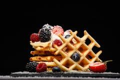Fotografia viennese opłatki z świeżymi malinkami, truskawki kropić z sproszkowanym cukierem na blackboard przeciw pustemu miejscu obrazy royalty free