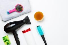 Fotografia włosiana suszarka, grępla, nożyce, ręczniki, mydła odizolowywający na białym tle Zdjęcia Royalty Free