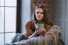 Fotografia w domowej atmosferze młoda piękna dziewczyna Zdjęcia Stock