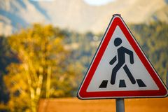 Fotografia zabraniać znaka przeciw tłu jesień park Obrazy Stock