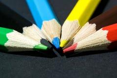Fotografia zakończenie kolorów ołówki wykładał up w półkolu obrazy stock