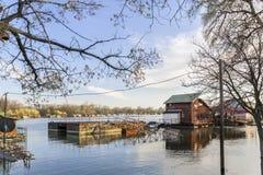 Fotografia Zalewająca ziemia Z Unosić się domy Przy Sava rzeką - Obrazy Stock