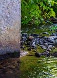 Fotografia zmrok wody przepływu pobliska betonowa kolumna Zdjęcia Stock