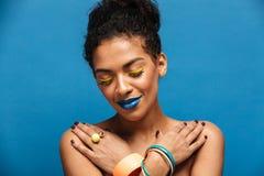 Fotografia zrelaksowana uśmiechnięta afro kobieta z galanteryjnym makeup i dostępem Fotografia Stock