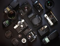 Fotografiarbetsplatsbegrepp Samlingstappningfilm och Digitala kameror, på svart bakgrund, bästa sikt Fotografering för Bildbyråer