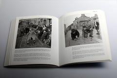 Fotografibok av Nick Yapp, barn i Britannien på kängurustyltor Royaltyfri Foto