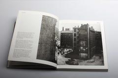 Fotografibok av Nick Yapp, gator av östliga Berlin i 1953 Arkivbilder