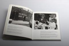 Fotografibok av Nick Yapp, ingen färgstång här ändå grafittivägg i London Royaltyfri Fotografi