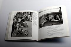 Fotografiboken av Nick Yapp, barn krullar upp i bagageutrymmet av bilen för normal 8, bilmodell i Britannien Fotografering för Bildbyråer