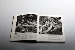 Fotografiboken av Nick Yapp, britt tjäna som soldat i Malaya 1953 Arkivbild