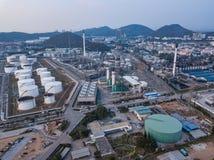 Fotografie aeree delle piante delle raffinerie di petrolio, carro armato di gas, serbatoio dell'olio, carro armato chimico, attiv fotografie stock