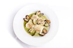 Merluzzi con la minestra dei molluschi fotografia stock