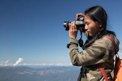 Fotografie del viaggiatore nelle montagne Fotografia Stock
