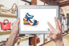 Fotografie della ragazza, sandali, acquisto online delle scarpe Immagine Stock Libera da Diritti