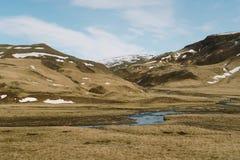 Fotografie der Betäubung Island Landschafts Schöner Fluss auf der Landseite in den Bergen von Island Lizenzfreie Stockbilder