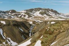 Fotografie der Betäubung Island Landschafts Schöner Wasserfall auf der Landseite in den Bergen von Island Lizenzfreie Stockfotos