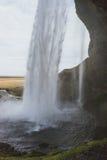 Fotografie der Betäubung Island Landschafts Schöner Wasserfall Seljalandsfoss auf der Landseite in den Bergen von Island Lizenzfreie Stockfotografie