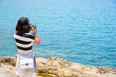 Fotografie der jungen Frau nahe dem Meer Lizenzfreie Stockfotos