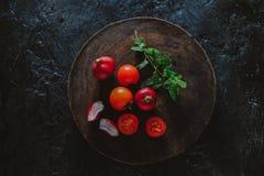 Fotografie des biologischen Lebensmittels - Tomaten, Minze und rote rote Rübe Stockfoto