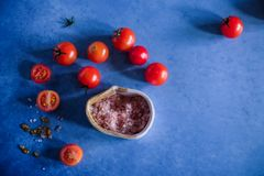 Fotografie des biologischen Lebensmittels - Tomaten, Minze und rote rote Rübe Lizenzfreies Stockfoto