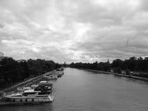 Fotografie des Kanals mit seinem Jachthafen Stockbild