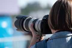 Fotografie di un uomo che tengono una macchina fotografica con entrambe le mani immagini stock libere da diritti