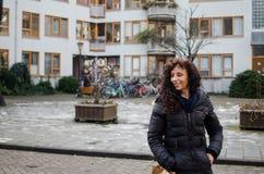 Fotografie einer Frau in den Straßen von Amsterdam stockfotografie