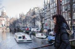Fotografie einer Frau in den Straßen von Amsterdam lizenzfreie stockfotos