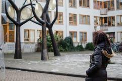 Fotografie einer Frau in den Straßen von Amsterdam stockbilder