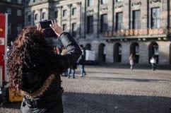 Fotografie eines Mädchens in den Straßen von Amsterdam lizenzfreies stockfoto