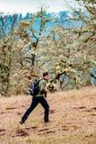 Fotografie-Mann, der Landschaftsphotographie in Corvallis Oregon auf Witham-Hügel nimmt stockbild