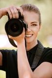Fotografie sorridenti della giovane donna sopra Immagine Stock