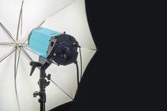 Fotografie-Studio-Blitz-Kopf mit Regenschirm Lizenzfreie Stockfotografie