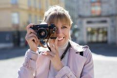 Fotografie, toerisme en reisconcept - vrouw die foto's met uitstekende camera nemen stock afbeelding