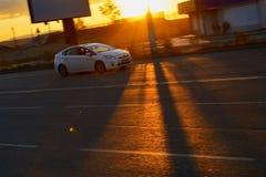 Fotografie van een bewegende auto bij langzame blindsnelheden Vage achtergrond Royalty-vrije Stock Afbeelding