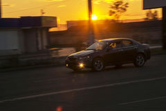 Fotografie van een bewegende auto bij langzame blindsnelheden Vage achtergrond Stock Afbeeldingen