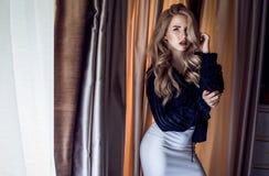 Fotografie van een blondemeisje met verbazende lichaamsvorm Stock Foto