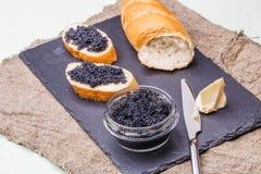 Fotografie van zwarte kaviaar, mes Stock Afbeelding