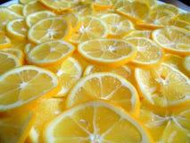 Fotografie von geschnittenen Zitronen auf Platte Stockfotos